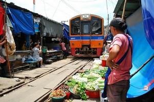 Железнодорожный рынок Меклонг в Таиланде