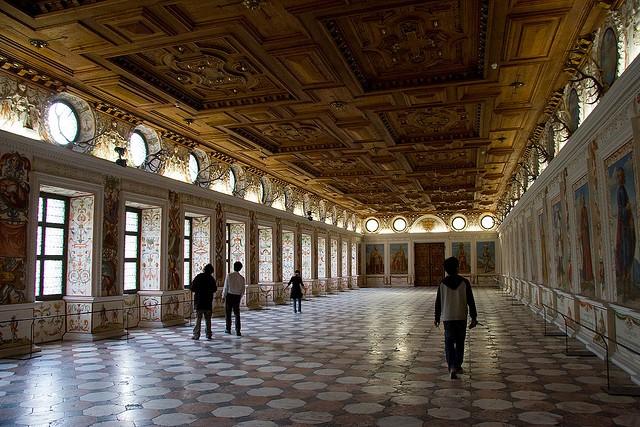 Замок Амбрас фото