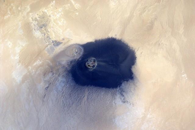 вау-ан-намус оазис в вулканическом кратере